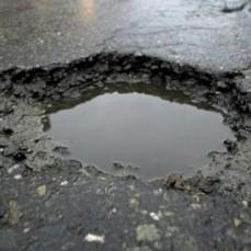 Россиянин отсудил 117 тысяч рублей за яму на дороге